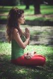 Mujer joven en la posición de loto al aire libre Fotografía de archivo