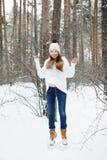 Mujer joven en la ropa acogedora que se divierte en invierno Fotografía de archivo