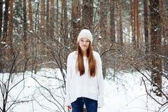 Mujer joven en la ropa acogedora que se divierte en invierno Foto de archivo