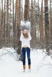 Mujer joven en la ropa acogedora que se divierte en invierno Fotos de archivo