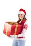 Mujer joven en la ropa caliente elegante que sostiene un regalo Fotografía de archivo libre de regalías