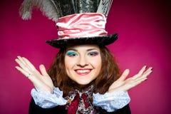 Mujer joven en la similitud del sombrerero Fotografía de archivo