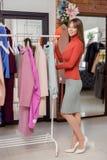Mujer joven en la tienda Foto de archivo