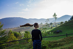 Mujer joven en las montañas fotografía de archivo libre de regalías