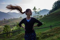 Mujer joven en las montañas Imágenes de archivo libres de regalías