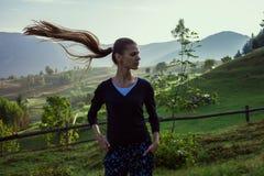 Mujer joven en las montañas imagenes de archivo