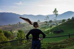 Mujer joven en las montañas Foto de archivo libre de regalías