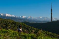 Mujer joven en las montañas, Almaty, Koktobe Imagen de archivo