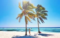 Mujer joven en las palmeras alegres alegres del coco de la playa Mar del Caribe de la playa, Cuba Foto de archivo