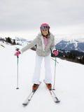 Mujer joven en los esquís foto de archivo libre de regalías