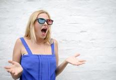Mujer joven en los vidrios 3d asombrosamente y que gritan Fotos de archivo libres de regalías