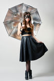 Mujer joven en máscara del partido con el paraguas Fotografía de archivo