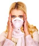 Mujer joven en máscara médica. imagen de archivo