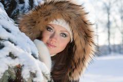 Mujer joven en madera del invierno. Imagen de archivo