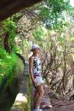 Mujer joven en montaña del ` s de Madeira Fotos de archivo libres de regalías