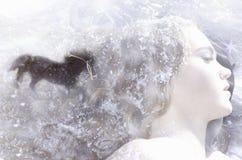 Mujer joven en nieve con el caballo Foto de archivo