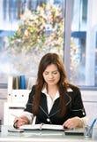 Mujer joven en oficina Fotografía de archivo libre de regalías