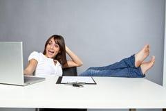 Mujer joven en oficina Fotos de archivo