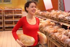 Mujer joven en panadería Imagenes de archivo
