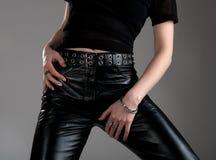 Mujer joven en pantalones de cuero negros Foto de archivo libre de regalías
