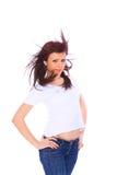 Mujer joven en pantalones vaqueros y camiseta Foto de archivo libre de regalías