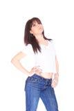 Mujer joven en pantalones vaqueros y camiseta Foto de archivo