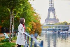 Mujer joven en París cerca de la torre Eiffel imágenes de archivo libres de regalías