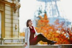 Mujer joven en París cerca de la torre Eiffel en un día de la caída imágenes de archivo libres de regalías