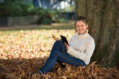 Mujer joven en parque Imagen de archivo