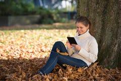 Mujer joven en parque Fotos de archivo libres de regalías