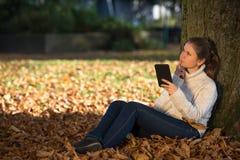 Mujer joven en parque Foto de archivo libre de regalías