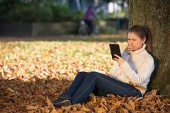 Mujer joven en parque Imágenes de archivo libres de regalías