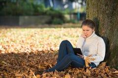 Mujer joven en parque Foto de archivo