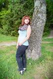 Mujer joven en parque de la ciudad Foto de archivo