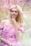 Mujer joven en parque de la primavera Fotografía de archivo