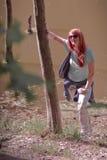 Mujer joven en parque de la primavera Foto de archivo libre de regalías