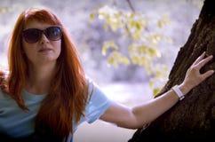 Mujer joven en parque de la primavera Fotografía de archivo libre de regalías
