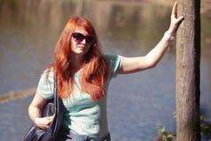Mujer joven en parque de la primavera Fotos de archivo libres de regalías
