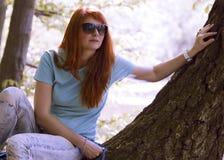 Mujer joven en parque de la primavera Foto de archivo