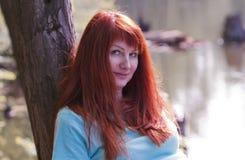 Mujer joven en parque de la primavera Fotos de archivo