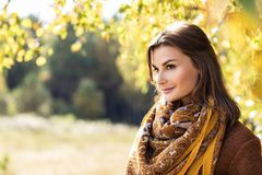 Mujer joven en parque de oro del otoño Foto de archivo