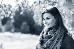 Mujer joven en parque de oro del otoño Fotografía de archivo