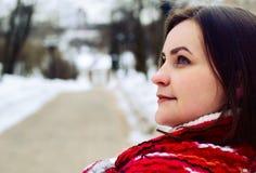 Mujer joven en parque del invierno. Imagenes de archivo
