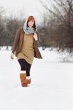 Mujer joven en parque del invierno Fotos de archivo libres de regalías