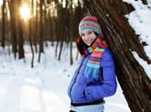 Mujer joven en parque del invierno Foto de archivo libre de regalías