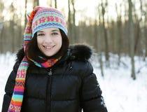 Mujer joven en parque del invierno Imagen de archivo