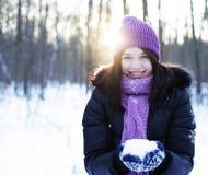 Mujer joven en parque del invierno Fotos de archivo