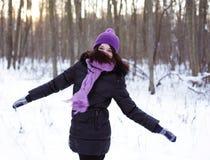 Mujer joven en parque del invierno Fotografía de archivo libre de regalías
