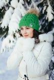Mujer joven en parque del invierno Fotografía de archivo