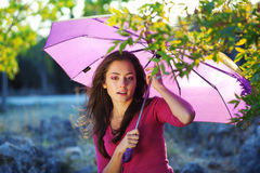 Mujer joven en parque del otoño Imagen de archivo libre de regalías